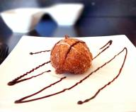 Zeppoles With A Stout, Chocolate Chili Sauce recept | Smulweb.nl