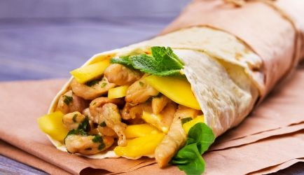 Wraps met butter chicken en mango